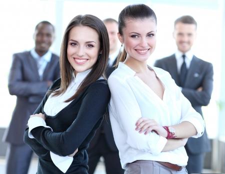 사무실 건물에서 두 비즈니스 여성 팀
