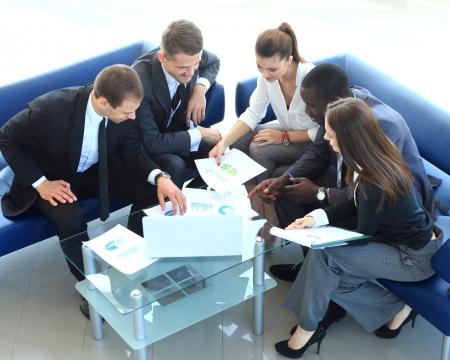 기업 회의에서 테이블에 앉아 작업 비즈니스 그룹의 상위 뷰