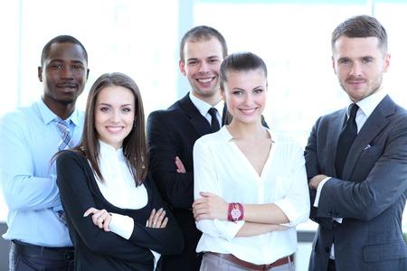카메라 자신감을 찾고 전문적인 비즈니스 팀의 그룹 초상화
