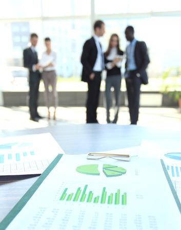 recursos financieros: Objetos de negocios que discuten impresi�n a satisfacer Foto de archivo