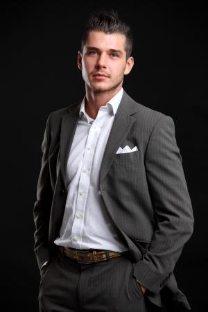 Handsome junge Geschäftsmann stand Standard-Bild - 22475384