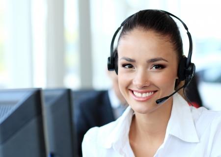 recepcionista: Mujer operador de soporte al cliente con auriculares y sonriente