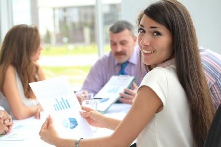 reunion de personas: Retrato de exitosa empresaria y equipo de negocios en una reuni�n de oficina