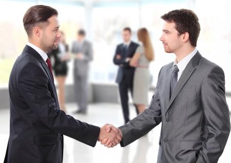 mensen uit het bedrijfsleven handen schudden over een deal