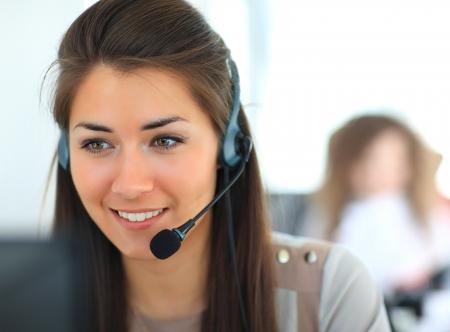 Opérateur de support client femelle avec casque et souriant Banque d'images - 23701297