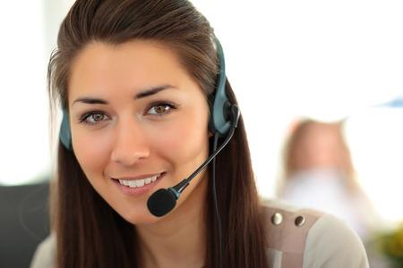여성 고객 지원 헤드셋 연산자와 미소