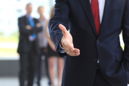 Un homme d'affaires avec une main ouverte prêt à sceller un accord Banque d'images