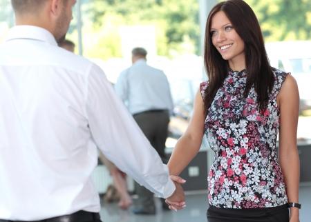 manos unidas: La gente de negocios apret�n de manos, terminando una reuni�n Foto de archivo