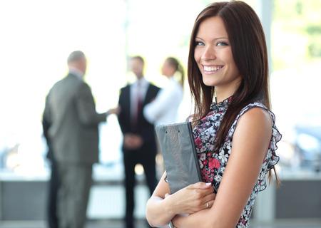 negócio: Face da mulher bonita no fundo dos executivos