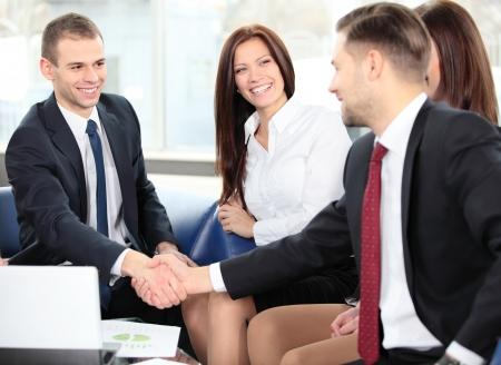 dandose la mano: La gente de negocios apret�n de manos, terminando una reuni�n Foto de archivo