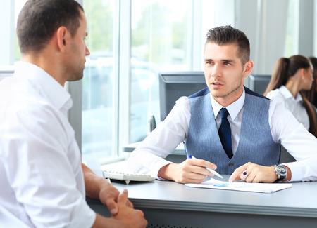 사무실에서 회의에 대해 얘기하는 행복 사업 사람들 스톡 콘텐츠 - 27690484