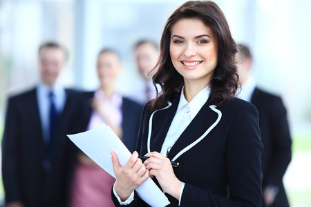 Face of vacker kvinna på bakgrunden av affärsmän