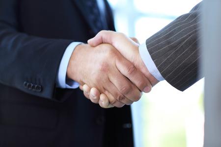 거래 통해 손을 흔들면서 사업 사람들의 근접 촬영
