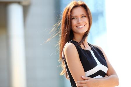 도시의 설정에서 아름다운 젊은 여성 임원 미소 성공적인 비즈니스 여자의 초상화 스톡 콘텐츠 - 26703808