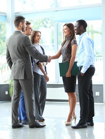 손을 흔들면서, 모임을 마무리하는 사업 사람들 스톡 콘텐츠 - 27115396