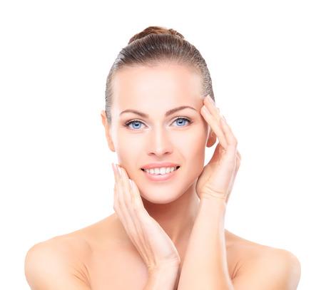 Schönes Mädchen ihr Gesicht berührt. Isoliert auf einem weißen Hintergrund. Perfect Skin. Schönheit Gesicht. Professionelle Make-up Standard-Bild - 31387618