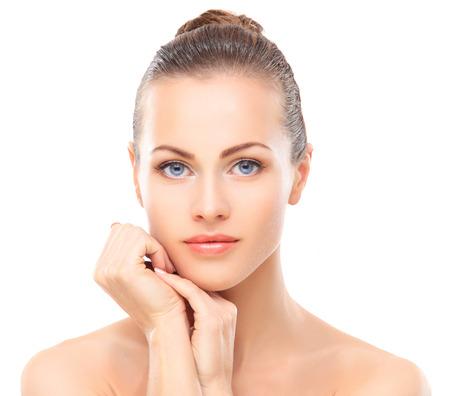 Schönes Mädchen ihr Gesicht berührt. Isoliert auf einem weißen Hintergrund. Perfect Skin. Schönheit Gesicht. Professionelle Make-up