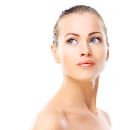 mooie brunette: Mooi gezicht van jonge vrouw met schone huid close-up geïsoleerd op wit. Portret van de schoonheid. Beautiful Spa Woman Lachend. Perfect Fresh Skin. Pure Beauty Model. Jeugd en Skin Care Concept Stockfoto