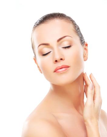 Beautiful Girl toucher son visage. Isolé sur un fond blanc. Perfect Skin. Beauty Face. Maquillage professionnel Banque d'images - 31387616