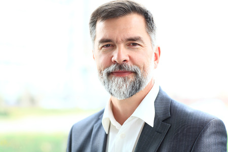 hombres maduros: Retrato de un hombre de negocios de alto sonriente feliz