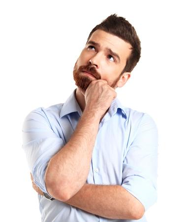 Denken man geïsoleerd op witte achtergrond Close-up portret van een toevallige jonge peinzende zakenman keek naar copyspace Kaukasische mannelijk model