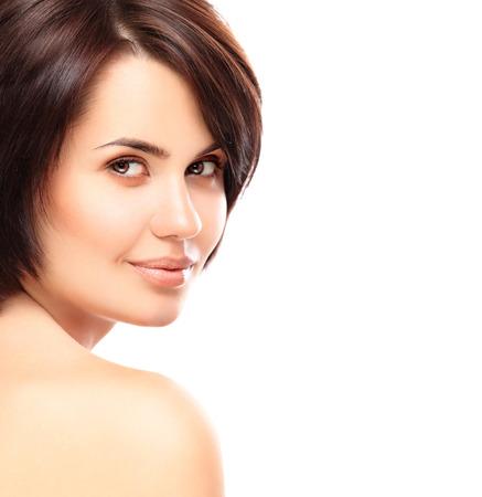 Mooi gezicht van jonge vrouw met schone frisse huid close-up geïsoleerd op wit Portret van de schoonheid Mooie Spa Vrouw Glimlachen Perfect Fresh Skin Pure Beauty Model Jeugd en Skin Care Concept Stockfoto