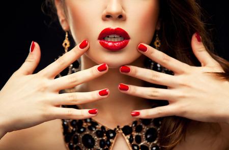 beso labios: Labios atractivos rojos y uñas de cerca. Boca abierta. Manicura y maquillaje. Invente concepto. La mitad de la belleza niña modelo \