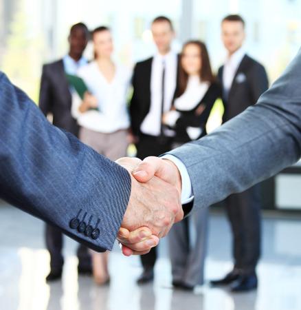 Close-up van een bedrijf handdruk. Zakenmensen handen schudden, afwerking tot een vergadering