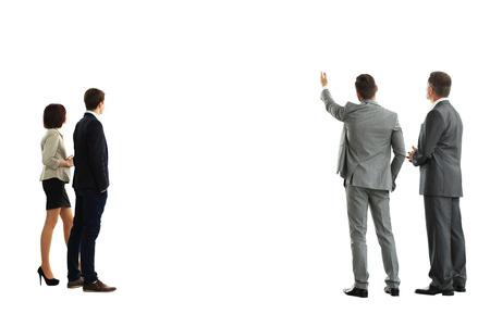 espalda: cuatro mans de negocios de la parte posterior - mirando algo sobre un fondo blanco