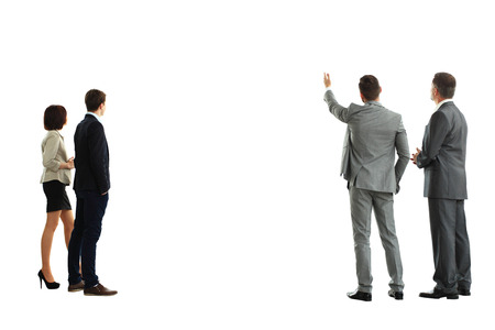 vier Geschäfts mans von der Rückseite - Blick auf etwas über einem weißen Hintergrund