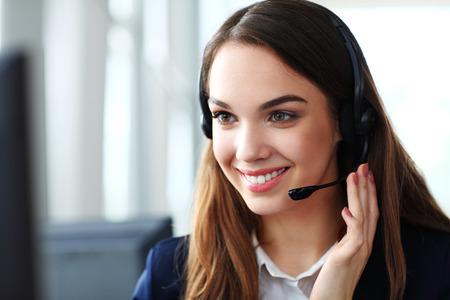 Mujer operador de soporte al cliente con auriculares y sonriente Foto de archivo - 33088612