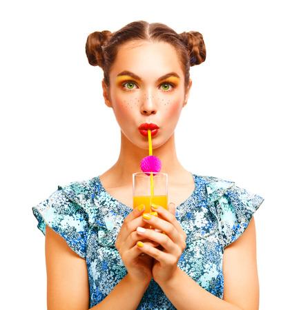 여성이 행복하고 흥분된 미소 오렌지 주스를 마시는. 뷰티 십대 모델 소녀. 주근깨과 노란색 메이크업으로 아름 다운 즐거운 사춘기 소녀. 전문 메이크 스톡 콘텐츠