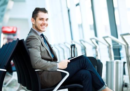 moderne zakenman met behulp van tablet-computer op de luchthaven