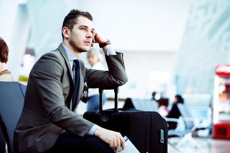 공항에서 태블릿 컴퓨터를 사용하여 현대 사업가 스톡 콘텐츠 - 35066476
