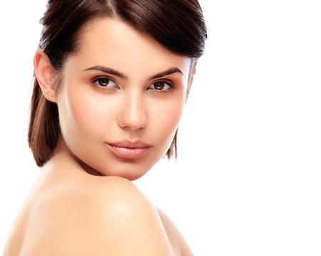 きれいな新鮮な肌を持つ若い女性の美しい顔は、白で隔離閉じます。美しさの肖像画。美しいスパの女性は笑みを浮かべてします。完璧な新鮮な肌