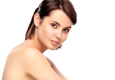 limpieza de cutis: Hermoso rostro de mujer joven con la piel limpia fresca de cerca aislado en blanco. Retrato de belleza. Hermoso balneario mujer sonriente. Piel Fresca perfecto. Modelo Belleza Pura. Juventud y Cuidado de la piel Concept