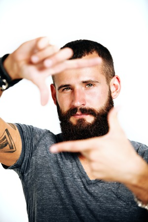 hombre con barba: Retrato del hombre barbudo hermoso con los tatuajes Foto de archivo