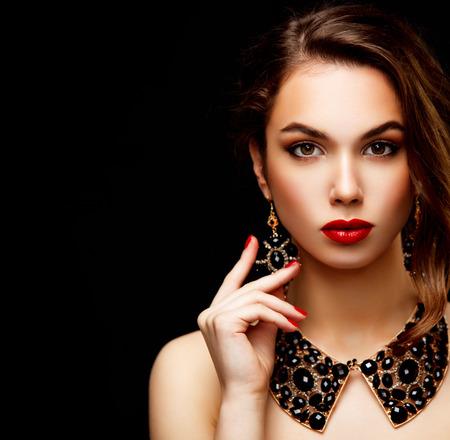 茶色の長いウェーブのかかった髪の美容モデルの女性。健康な髪と美しいプロのメイク。赤い唇とスモーキーな目。ゴージャスなグラマー女性の肖