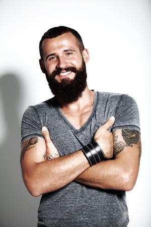 문신 된 수염 난된 남자 회색 티셔츠를 입고