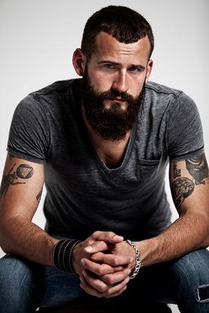 hombre barba: Retrato del hombre barbudo hermoso con los tatuajes Foto de archivo