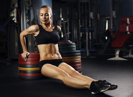 아름 다운 근육 맞는 여자 건물 근육을 운동