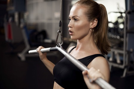 fitnes: mooie gespierde fit vrouw oefenen gebouw spieren Stockfoto