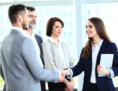 apret�n manos: La gente de negocios apret�n de manos, terminando una reuni�n Foto de archivo