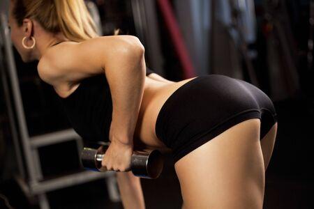 expresion corporal: Atl�tica joven dama haciendo entrenamiento con pesas