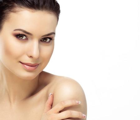 きれいな新鮮な肌を持つ若い女性の美しい顔は、白で隔離閉じます。