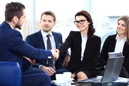 비즈니스 사람들이 손을 흔들면서, 모임을 마무리 스톡 콘텐츠