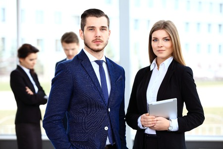 imagen: Imagen de socios de negocios que discuten documentos e ideas a satisfacer Foto de archivo