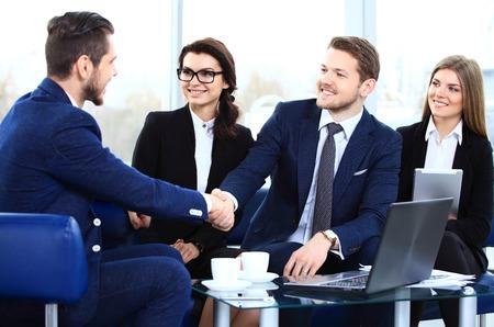 dando la mano: La gente de negocios dándose la mano de acabado de una reunión Foto de archivo