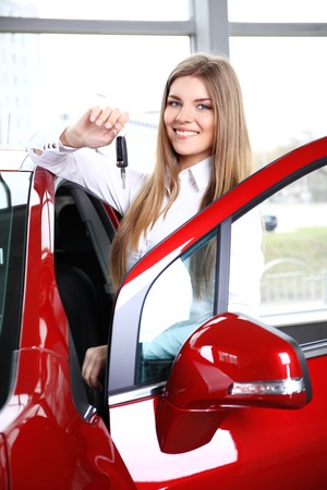 그녀의 새 차에서 siting 차 열쇠를 들고 여자 드라이버 스톡 콘텐츠 - 40001849