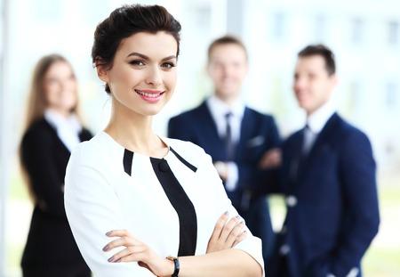 empleados trabajando: Rostro de mujer hermosa sobre los antecedentes de la gente de negocios